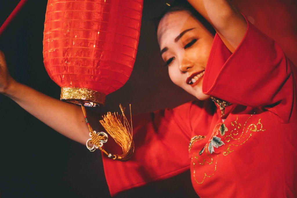 femme avec un lampion rouge
