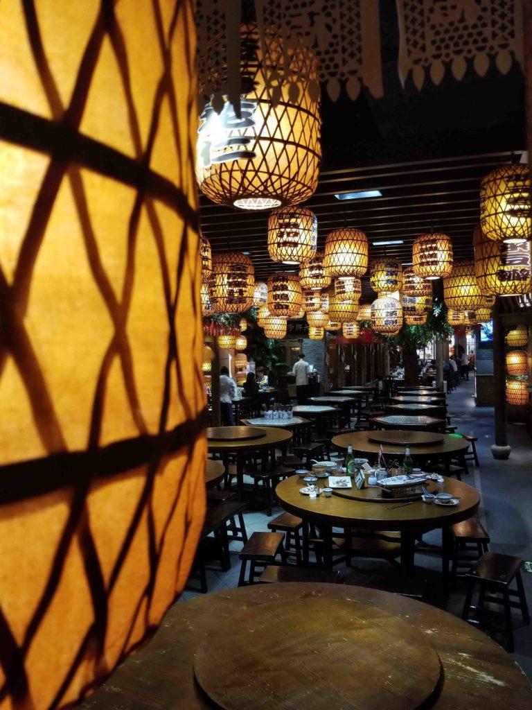 tables dans un restaurant lumineux