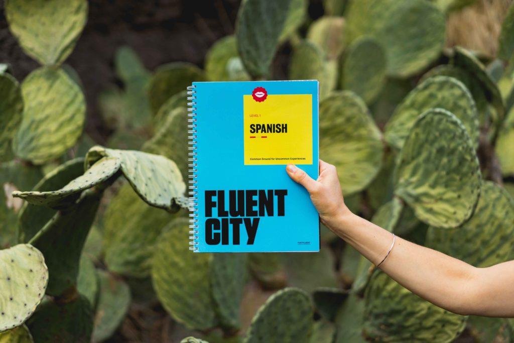 personne qui tient un livre d'espagnol