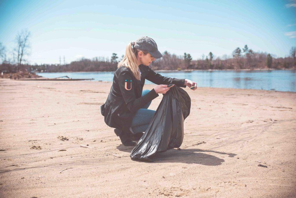 Ramasser les déchets sur une plage